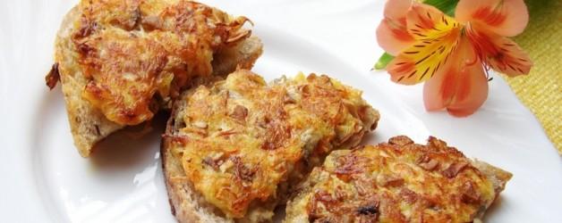 Горячие бутерброды на сковороде с грибами