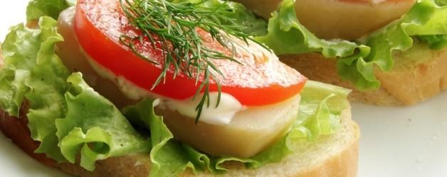 Простые бутерброды с помидорами и картофелем