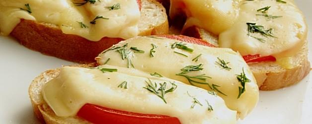 Горячие бутерброды в микроволновке с помидорами
