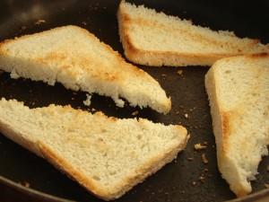 Рецепт кростини с мягким сыром и маслинами