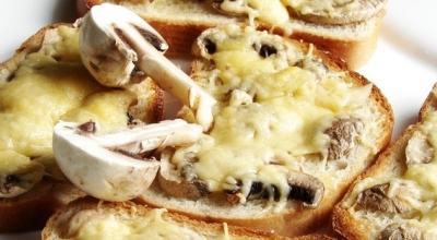 Горячие бутерброды в духовке с грибами