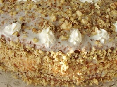 Бисквитный торт со сметанным кремом и орехами