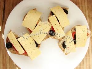 Горячие бутерброды в микроволновке с помидором и маслинами