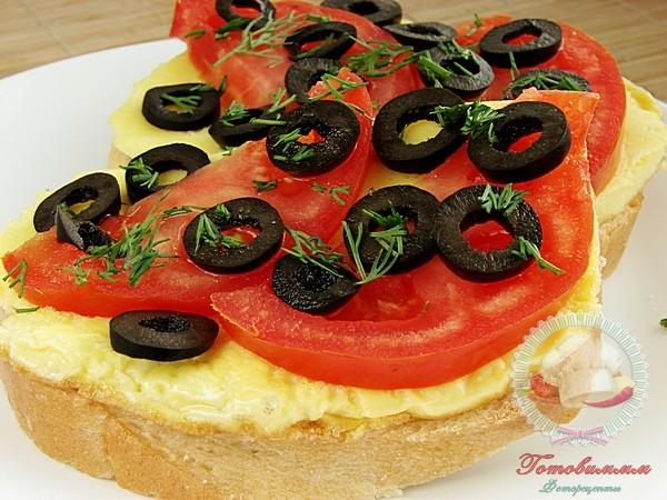 Вкусные бутерброды с маслинами и омлетом
